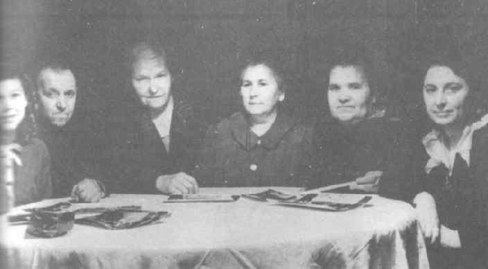 Аллилуевы за семейным столом. Слева направо: Кира, Федор, неизвестная, няня Анны Сергеевны, няня Светланы, Анна Сергеевна.
